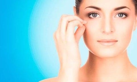 imagen de una mujer señalando una de las zonas que le preocupan de estética facial